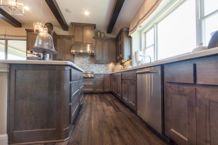Kitchen island in Maple Driftwood with Terrazzo doors